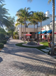 Abacoa area with outdoor dining and Palm trees.